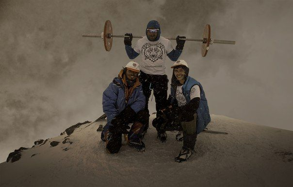 Andrey Rodichev au sommet du mont Elbrouz
