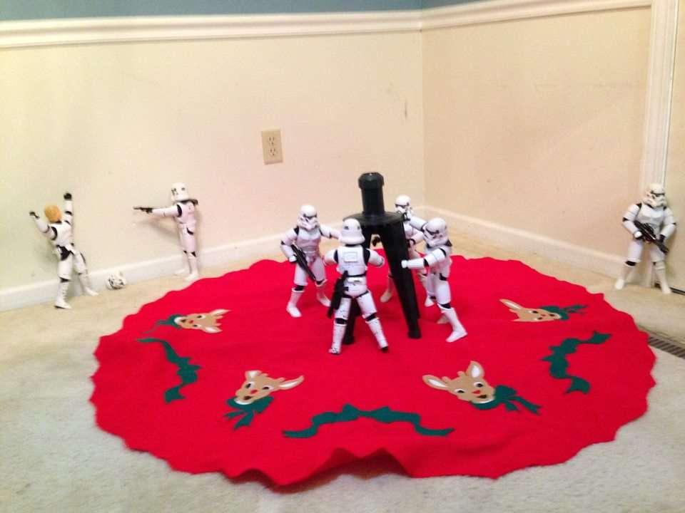 Des stormtroopers installent le support de leur sapin de noel