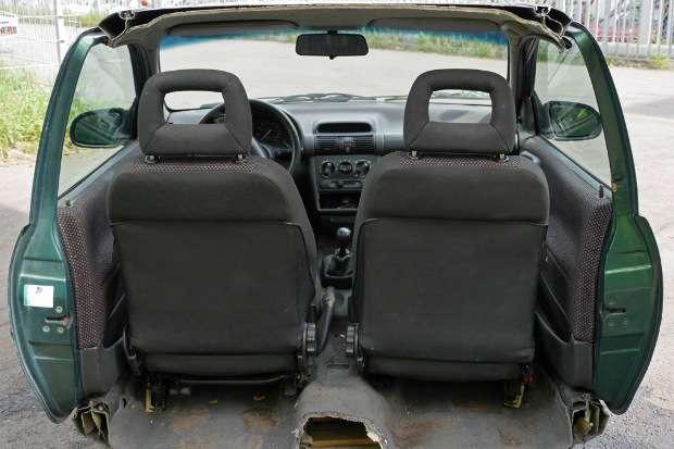 Opel Corsa découpée à moitié, vue de dos