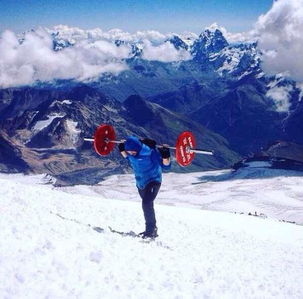 Andrey Rodichev dans l'ascension du mont Elbrouz avec 75kg sur le dos