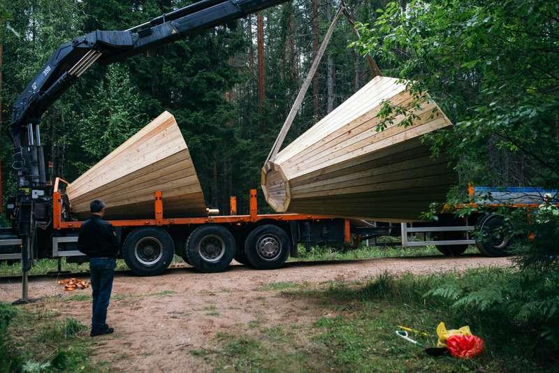 Mégaphones en bois installés dans une forêt d'Estonie, transportés en camion
