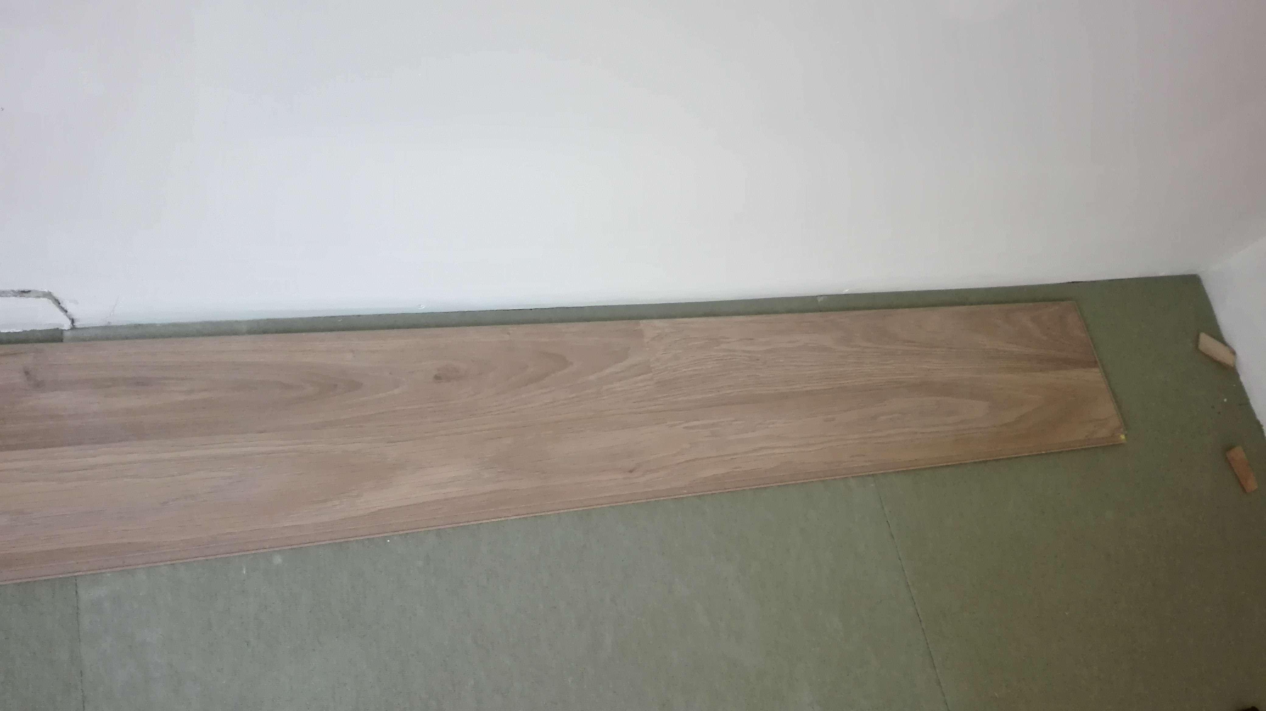 poser un parquet stratifi sans murs d 39 equerre. Black Bedroom Furniture Sets. Home Design Ideas