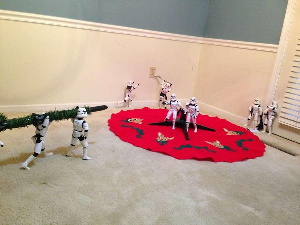 Des stormtroopers apportent le tronc de leur sapin de noel