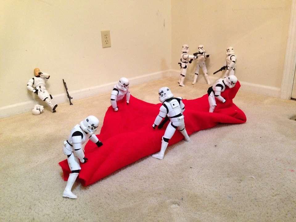 Des stormtroopers déroulent un support un support pour planter un sapin de noel