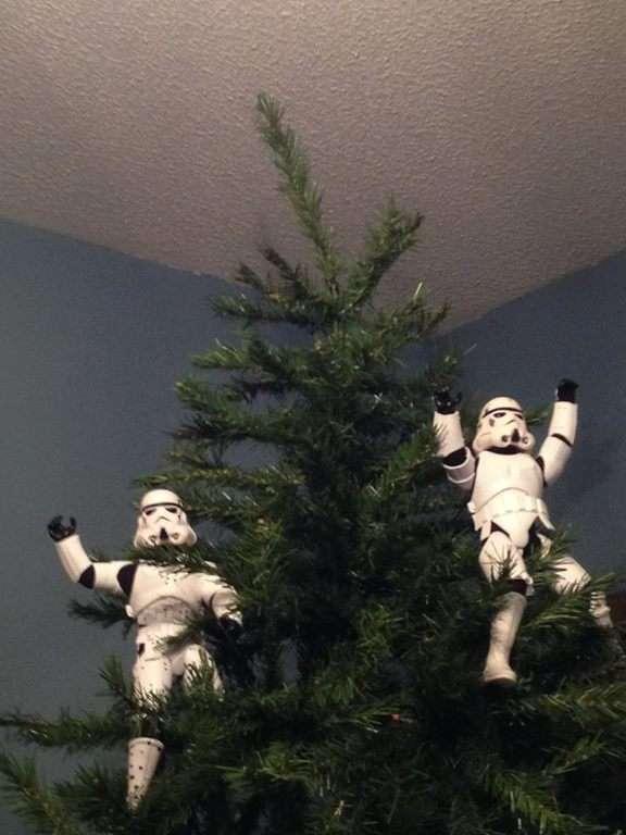 Stormtroopers en haut d'un sapin de Noël