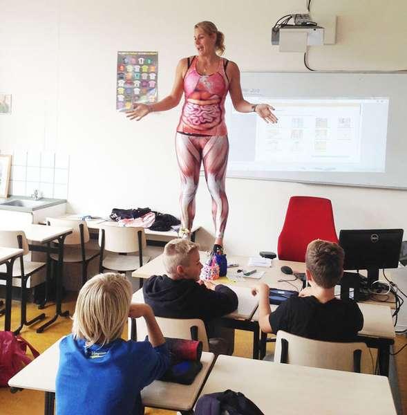 Une professeur se déshabille pour expliquer les muscles humains à ses élèves