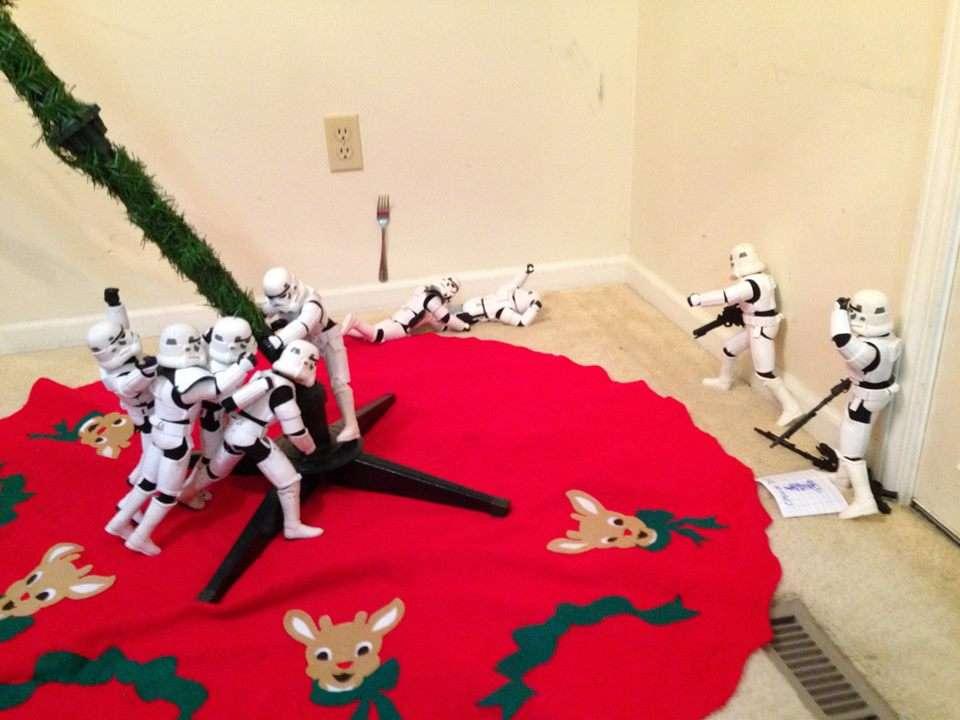 Des stormtroopers apportent le tronc de leur sapin de noel, réplique de la photo de la bataille d'iwo jima