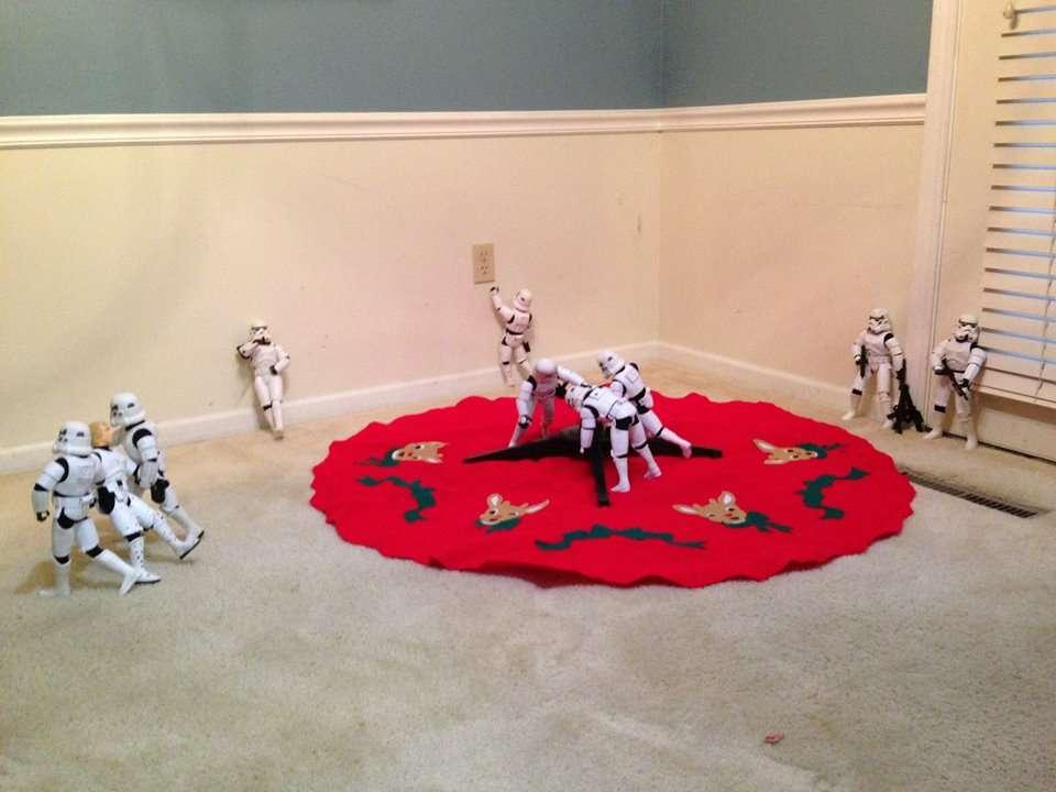 Des stormtroopers installent le support de leur futur sapin de noel