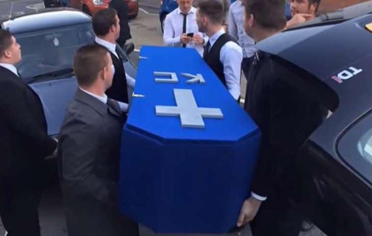 Ses amis transportent le faux cercueil