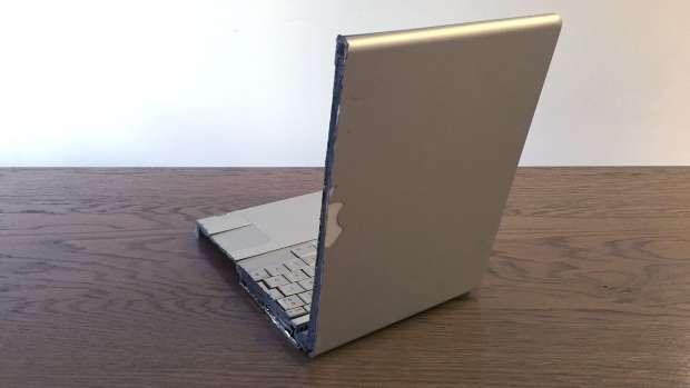 Macbook Pro découpé à moitié