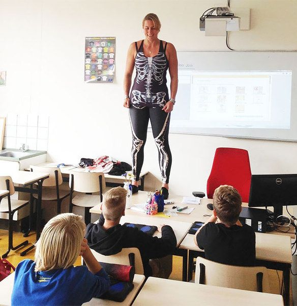 Une professeur se déshabille pour expliquer les os humains à ses élèves
