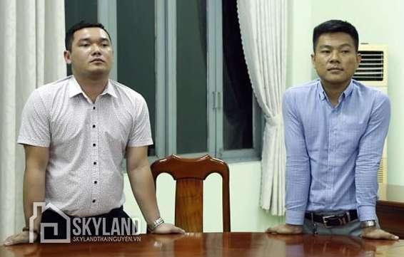 Nguyễn Thanh Hùng (trái) và Hoàng Anh Vui lúc nghe quyết định bị khởi tố. Ảnh: Thái Hà.