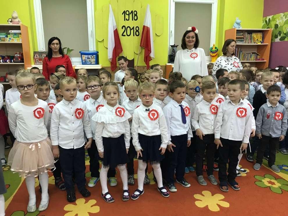 Przedszkolaki śpiewają Hymn