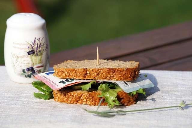 Sandwich rempli d'argent