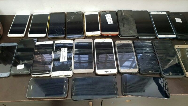 טלפונים סלולריים רבים ומסוגים שונים שנשכחו ברכבת | צילום: דוברות רכבת ישראל