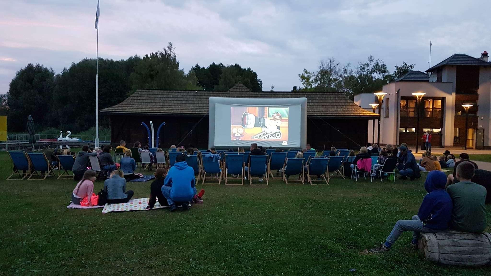 Familijne kino przy brzegu