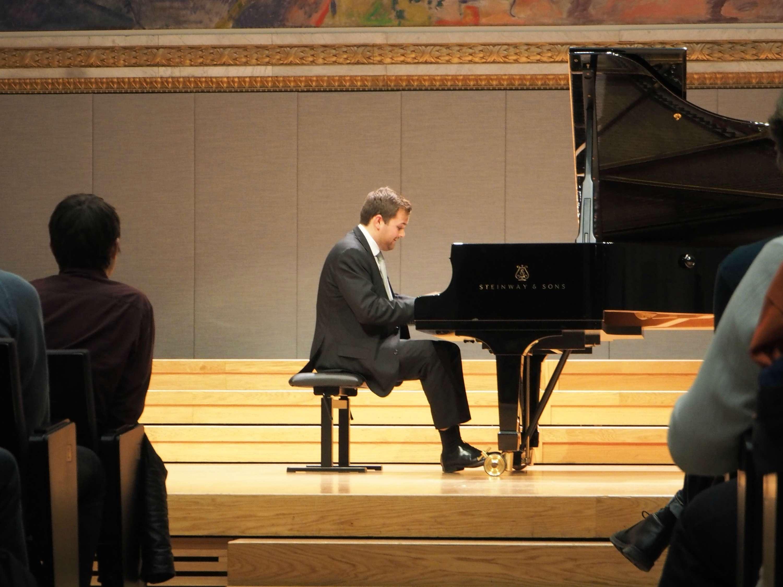 Christian Grøvlen performing at the Aula