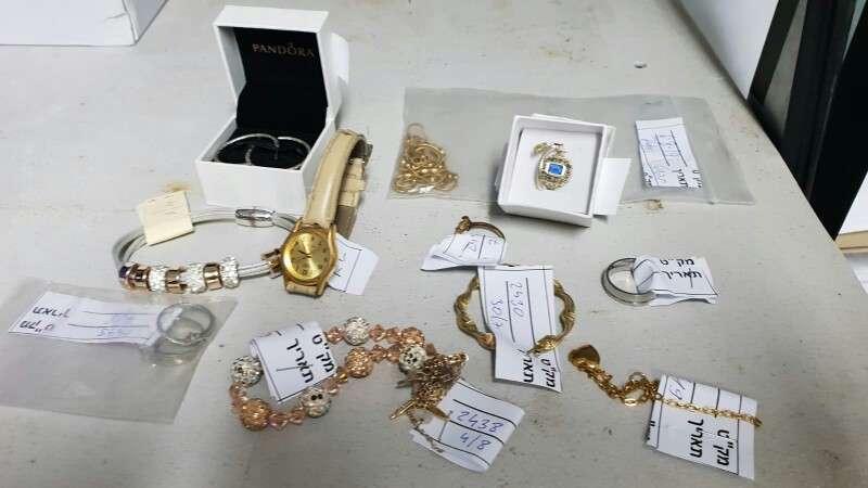 תכשיטים רבים מסוגים שונים שנשכחו ברכבת | צילום: דוברות רכבת ישראל