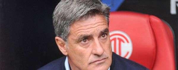 Míchel González sorprendido con uno de sus delanteros