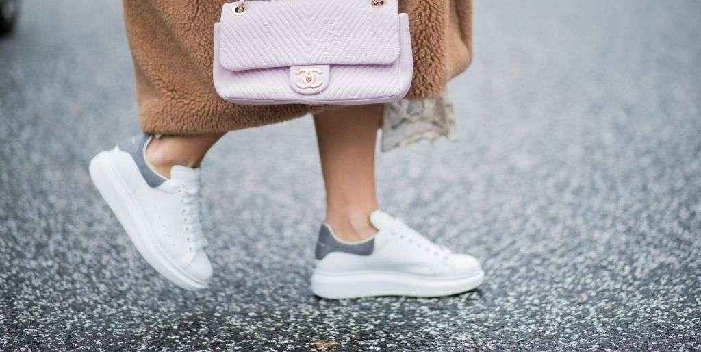 Białoszare sneakersy do długiego płaszcza