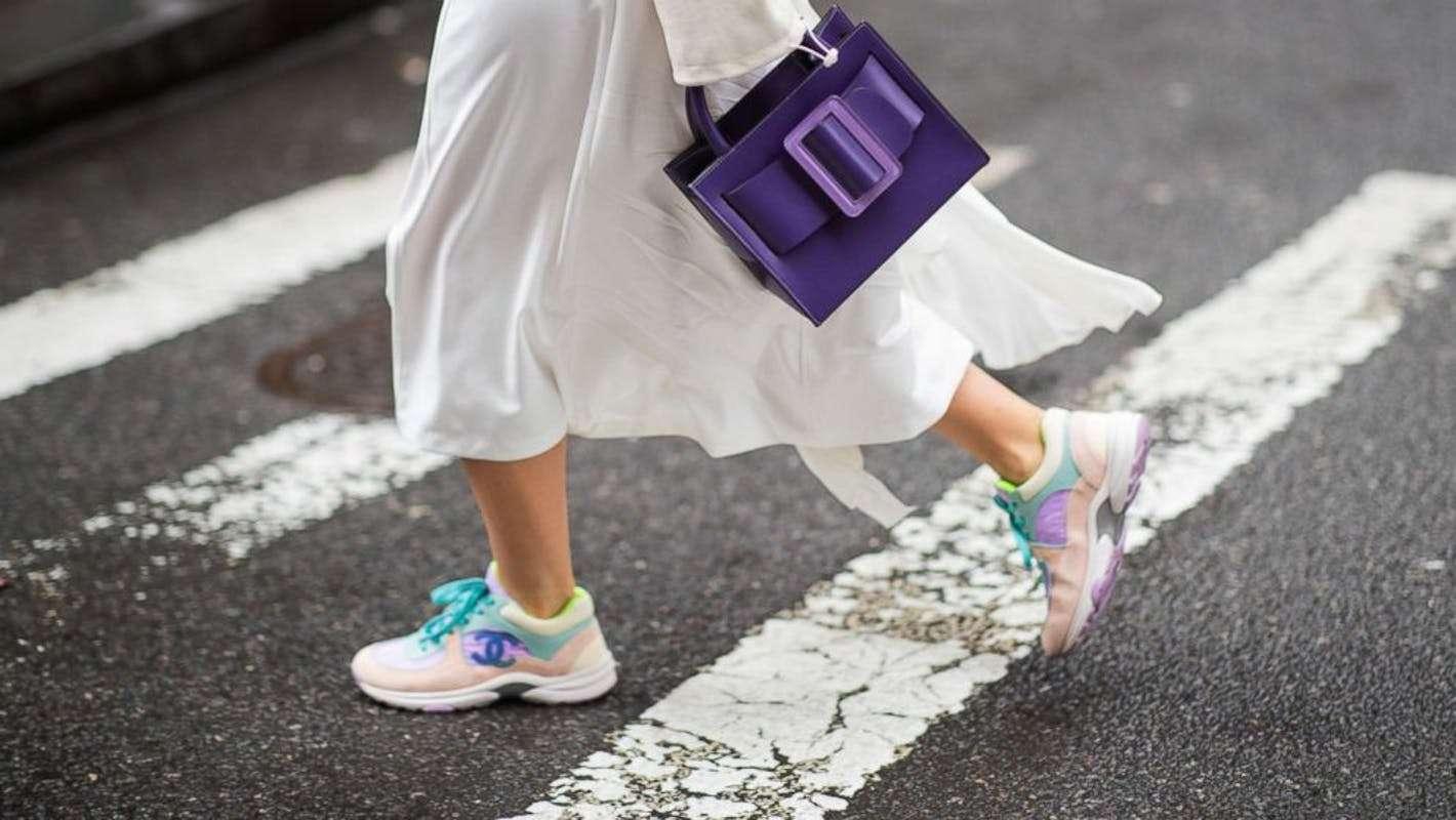 Kolorowe sneakersy do białej spódnicy