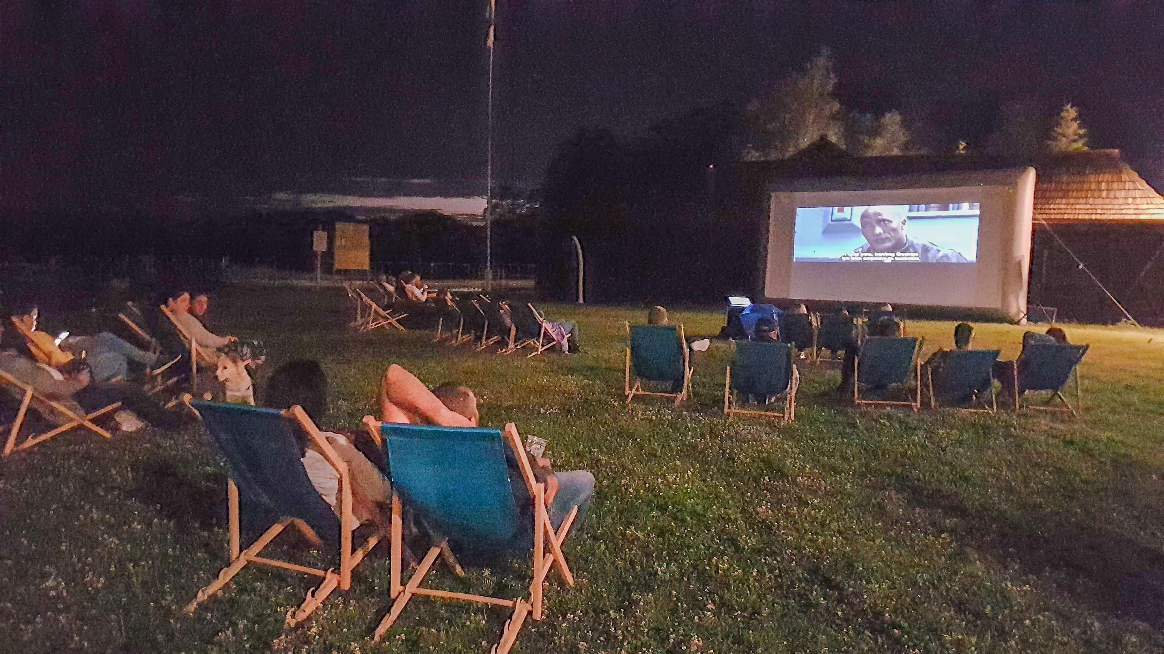 Letnie kino przy brzegu