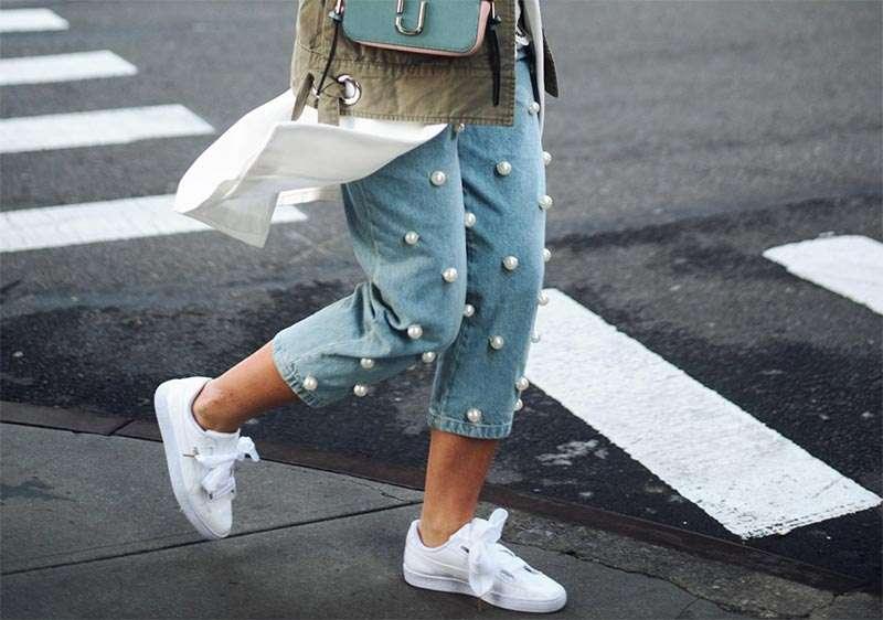 Białe sneakersy do jeansowych spodni