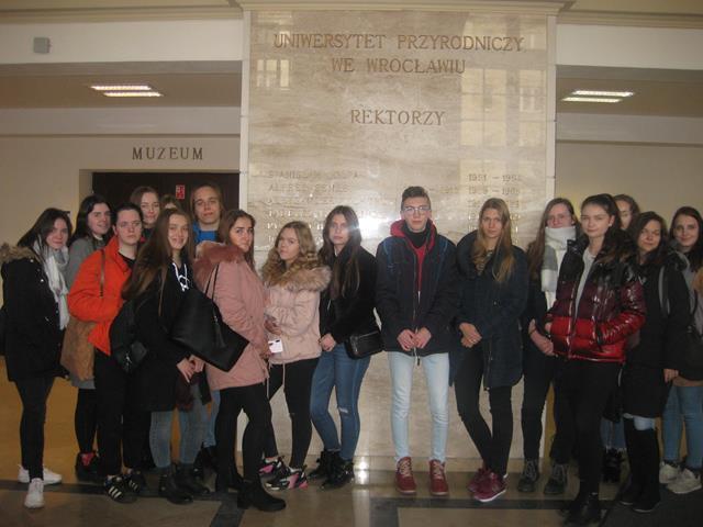 Uczniowie profilu biologiczno-chemicznego naUniwersytecie Przyrodniczym wWrocławiu