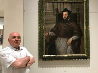 Mons. Francesco Gasparini col ritratto del Vescovo Matteo Priuli