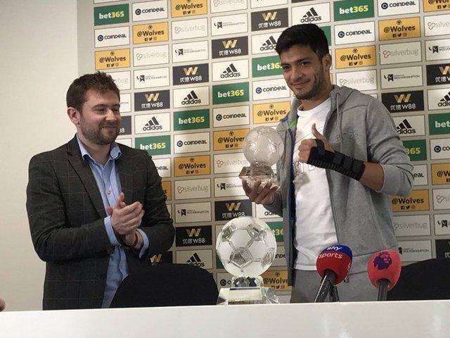 Raúl Jiménez recibió su premio como Mejor Jugador en la región Midlands