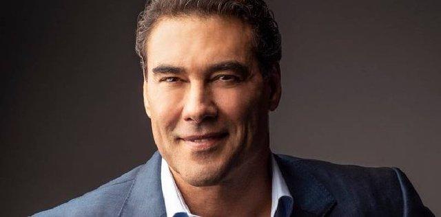 """Reportero"" saca de quicio a Eduardo Yáñez, por no respetar la sana distancia"