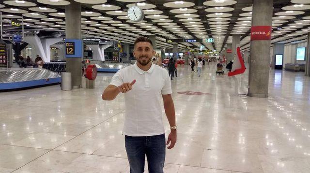 Héctor Herrera ya llegó a la capital española para su presentación