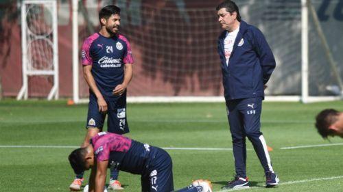 Tena técnico de Chivas respalda a Oribe Peralta