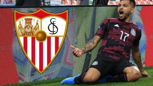 Tecatito Corona espera decisión del Sevilla