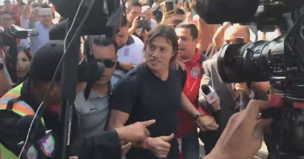 Almeyda es recibido en el aeropuerto por los aficionados de Chivas