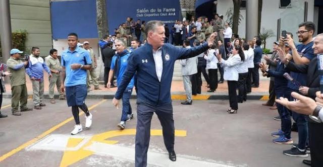 """Cruz Azul felicitan a Peláez con """"zapes"""""""