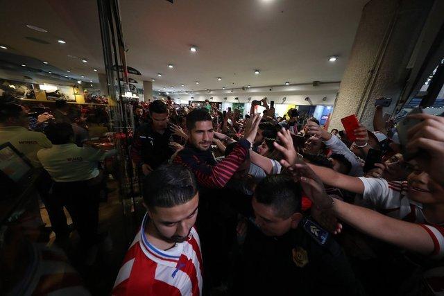Jugadores de Chivas atienden a sus aficionados en Hotel