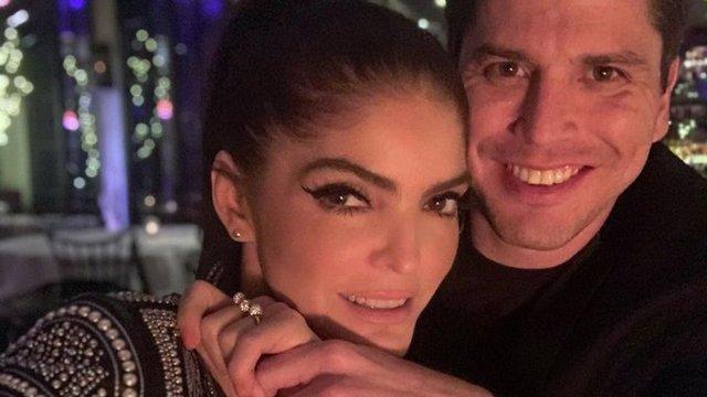 Ana Bárbara se compromete con joven 15 años menor, presume anillo