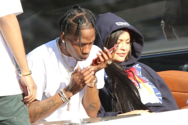 Aparece Kylie Jenner con morenton en el ojo