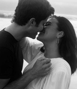 Demi Lovato y el actor Max Ehrinch se comprometen en matrimonio