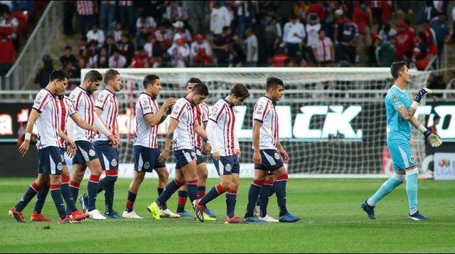 Chivas sanciona a tres de sus jugadores por indisciplina