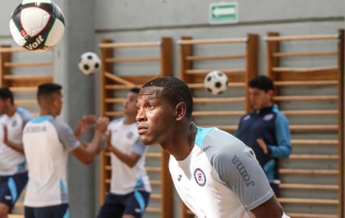 Bryan Angulo aún no tiene fecha de debut con Cruz Azul