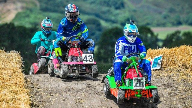 Lawn Mower Racing as part of The Ocho en Vivo – Sábado 28 de Diciembre del 2019