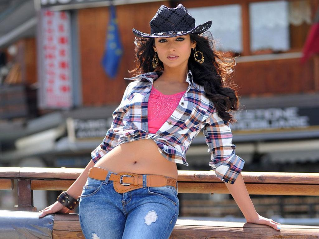 Spicy Ileana Images from Latest Movie - Sexy Actress Pictures | Hot Actress Pictures - ActressSnaps.com