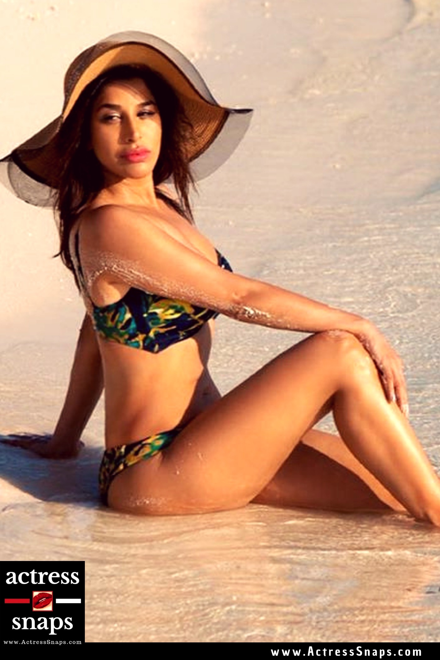 Sexy Sophie Choudry Bikini Pics - Sexy Actress Pictures   Hot Actress Pictures - ActressSnaps.com