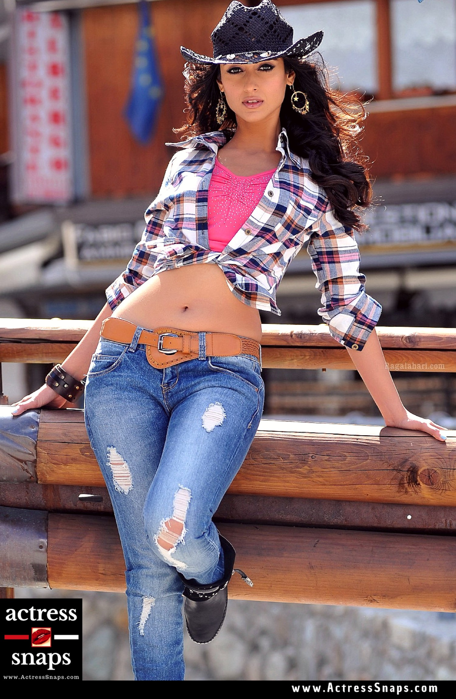 Is Ileana considered as the Navel queen! Tamanna may make you disagree!