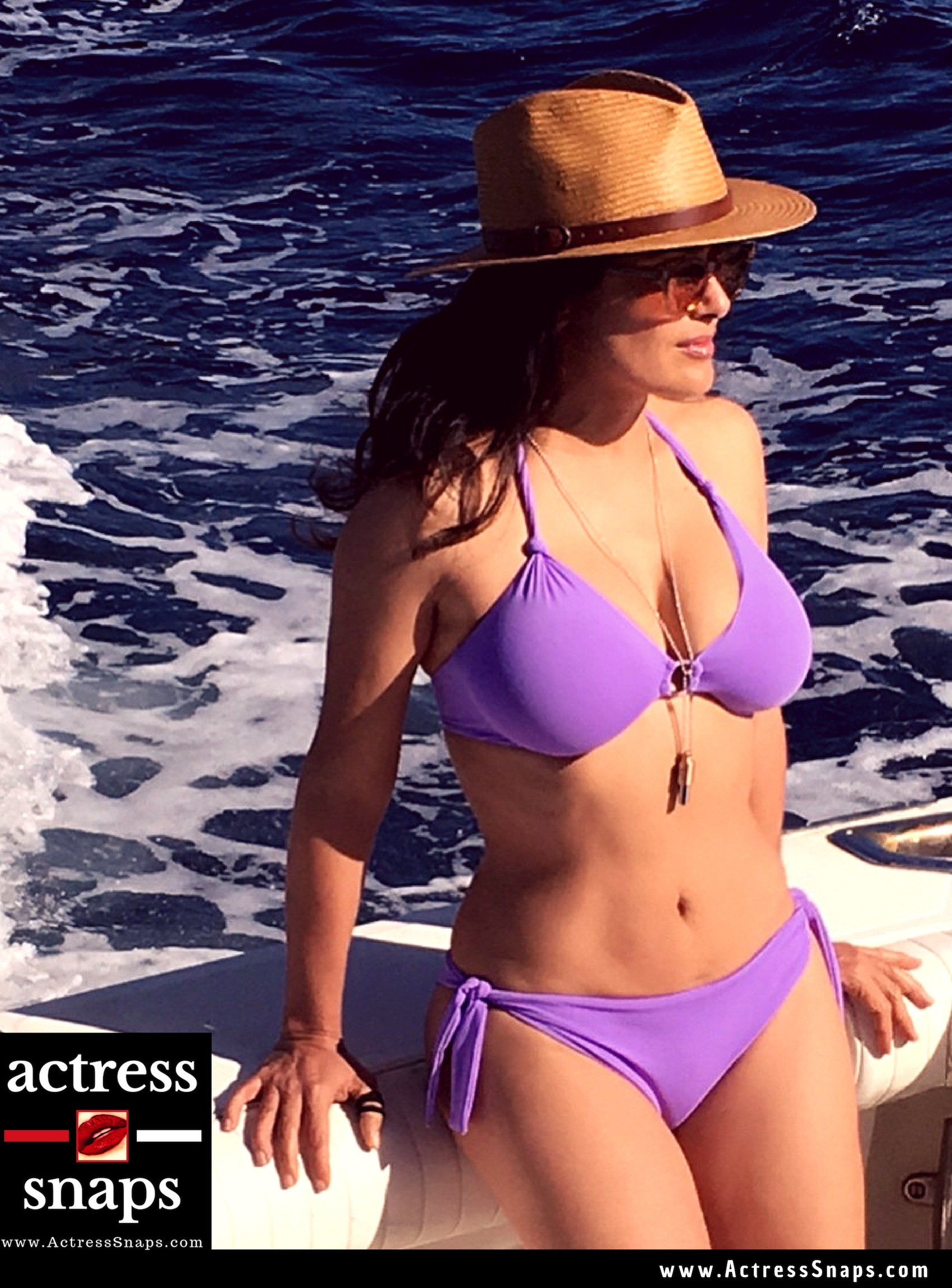 Hot Salma Hayek on Beach - Sexy Actress Pictures | Hot Actress Pictures - ActressSnaps.com